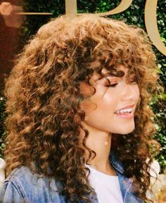 40 New ideas style zendaya stars Curly Shag Haircut, Curly Hair With Bangs, Colored Curly Hair, Hairstyles With Bangs, Pretty Hairstyles, Easy Hairstyles, Curly Hair Styles, Natural Hair Styles, Zendaya Hair
