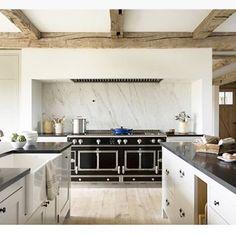 Home Inspiration : Modern-Rustic Farmhouse – Fawn. Interior Design & Home Decor European Kitchens, Black Kitchens, Home Kitchens, Kitchen Black, Warm Kitchen, Modern Farmhouse Design, Modern Rustic, Rustic Farmhouse, Farmhouse Style