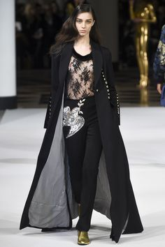 See the complete Alexis Mabille Fall 2017 Ready-to-Wear collection.