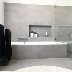 Skandinavisch, modernund aufgeräumt: Wir sind heute zu Besuch bei Jana aka winterliebe7 in der Nähe von Paderborn. Dass in diesem Zuhause ein junges Pärchen wohnt, denkt man auf den ersten Blick nicht. Bathroom Toilets, Laundry In Bathroom, White Bathroom, Bathroom Interior, Small Bathroom, Bathroom Bath, Light Grey Bathrooms, Remodled Bathrooms, Grey Bathroom Tiles