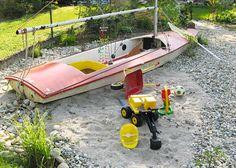 Altes Segelboot als kreativer Spielplatz.