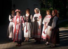 на вяселле - спадабаўся вянок і сукенка, таксама чорны гарсэт с вышыванкай. Republic Of Belarus, Costumes Around The World, Folk Clothing, Folk Costume, Eastern Europe, Ethnic Fashion, Ukraine, Russia, Kimono Top