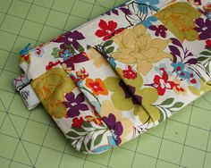 Pleated Clutch @ Pumpkin Handmades I hope to be able to sew this one day. The tutorial is so nice to have when you don't have a clue. It is so cute too. Who doesn't need a few cute clutches around anyway.
