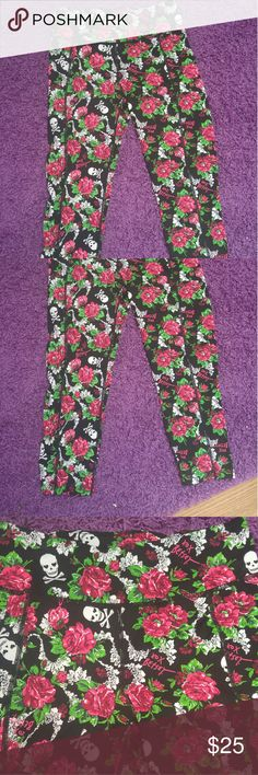Rose skull Betsey Johnson leggings! New with out tags! Size sm Betsey Johnson Pants Leggings