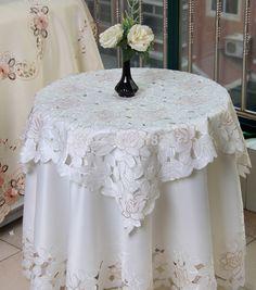 6a1220be1d66 Vente chaude Élégant Ronde Polyester Floral Broderie Nappes Solide Couleur  Brodé Linge de Table En Tissu
