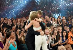 Pin for Later: Watch Taylor Swift and Calvin Harris Show Sweet PDA at the Billboard Music Awards Calvin Harris And Taylor, Taylor Swift And Calvin, Taylor Swift Web, Taylor Swift Pictures, Taylor Alison Swift, Taylor Swifr, Billboard Music Awards 2015, Ethel Kennedy, Ed Sheeran