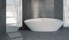 Moderne, zwarte badkamer met natuusteenlook vloertegels en een mozaïek tegelwand.