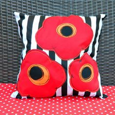 Make bold, graphic poppy pillows in no time with this simple technique!
