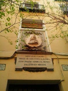 Placa donde aparece la fecha de nacimiento y muerte de Cervantes. Él nació el 29 de septiembre de 1547 en Alcalá de Henares y murió el 22 de abril de 1616 en Madrid.