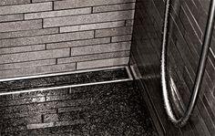 Bad med linjeafløb dekoreret med flise, som matcher resten af gulvet i badeværelset. unidrain®: HighLine