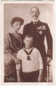 Queen Maud, King Haakon VII and Crown Prince Olav of Norway. Royal Photography, Vintage Fashion Photography, Maud Of Wales, Norwegian People, Norwegian Royalty, Christian Ix, Royal Families Of Europe, Her Majesty The Queen, Royal Jewelry