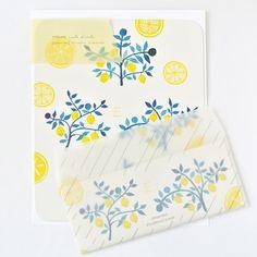 すりガラスのように透けるトレーシング封筒は、暑い季節に涼し気な雰囲気を醸し出してくれます♪  淡いイエローで描かれたレモンが爽やかさを添えてくれます。