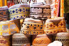 In heel Oman worden door de mannen regelmatig traditionele hoofdbedekking gedragen zoals op de foto. De vrouwen dragen vaak een hoofddoek of een burka. Maar Oman staat erg open voor andere religies van toeristen en zijn tolerant.
