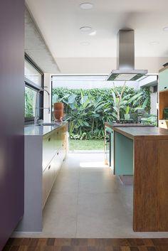 Galeria Arquitetos - Casa GC - cozinha com jardim Garden Windows, Kitchen Island, Divider, 1, Room, Furniture, Home Decor, Architects, Landscaping