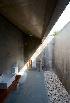 bad modern gestalten mit tageslicht_badideen für außenbäder mit vordach und steingarten