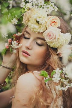 Flowers crown photoshoot fairytale ideas for 2019 Flowers In Hair, Pink Flowers, Happy Flowers, Wedding Flowers, Floral Headdress, Foto Casual, Foto Pose, Girl Poses, Girl Photography
