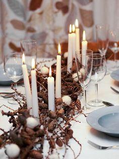 centre de table en pommes de pin, chandelles et boules de coton