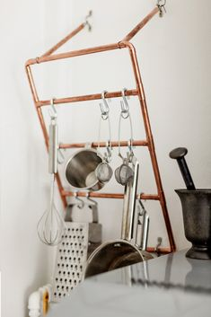 Who knew there were so many uses for copper pipe? Dishfunctional Designs: Pipe Down! Unique Copper Pipe Home Decor & Artwork Homemade Baby Toys, Utensil Racks, Utensil Holder, Towel Holder, Diy Hanging Shelves, Diy Casa, Pot Rack, Storage Design, Kitchen Decor