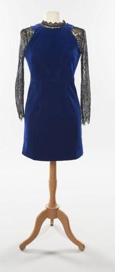 CHANEL Robe chasuble en velours bleu nuit, col et manches en dentelle noire. Taille 36. Pinafore dress in blue velour. Collar and sleeves in black lace - Artcurial - 01/07/2015