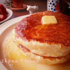 朝食はパンケーキにしましたよ~♪ これはほんとに凄いです(*≧∀≦*)♪ もちもちもちもち♪今まで作ったパンケーキで1番のもちもちです!! 蓋をしてじっくり焼けばお餅のおかげでびっくりするぐらいぷっくり膨らんでボリュームもたっぷり♪ 今回はシンプルに蜂蜜バターですが、つぶ餡きな粉やホイップ♪みたらしダレなんかも美味しいですよ(〃)´艸`)オイシー♪