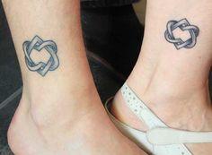 Tattoos für Geschwister zwei Herzen zusammengeflochten wie Symbol für Liebe an den Beinen