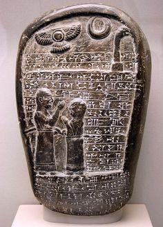 Memorial babilónico de piedra; ca. 850 a.C., del templo de Marduk, padre e hijo de pie, con escritura cuneiforme.