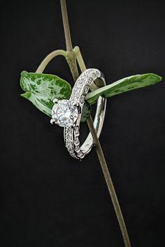 Diamantový krásavec Luna vás v zásnubnom okamihu podrží bez ohľadu na to, či bude jasný deň alebo mystická noc. S láskou ho pre vás vyrobíme na objednávku s centrálnym briliantom s minimálnou karátovou hmotnosťou 0,5 ct a menšími postrannými diamantmi, no ak bude vaše prianie veľkosti hlavného kameňa siahať vyššie, možno až ku hviezdam, splníme ho bez rečí. Vaša láska si predsa zaslúži len to najlepšie a tým náš mesačný princ je.