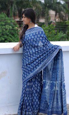 Dabu mull indigo sari Cotton Saree Blouse, Silk Saree Blouse Designs, Saree Dress, Grey Saree, White Saree, Modern Sari, Indigo Saree, Latest Silk Sarees, Casual Saree