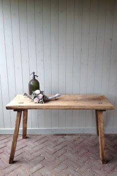 Mooie, oude slagerstafels / sidetables.  Kan worden verlaagd tot salontafel.  Verkrijgbaar bij: www.oma-an.nl