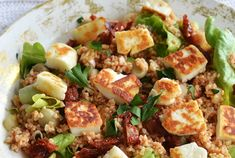 Ik neem het liefst een salade mee naar mijn werk omdat het gewoon zo lekker simpel is, maar vaak is het niet zo spannend. Ik wilde dus wel eens eens lekkere bijzondere salade maken, en deze bulgur en halloumi salade was de uitkomst. Oh boy, wat gaan deze ingrediënten waanzinnig goed samen zeg! Het is niet alleen heel gezond, het staat ook nog eens lekker vlot op tafel!