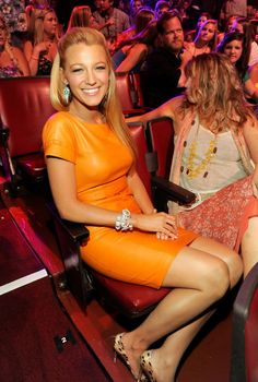 Blake Lively in orange leather dress. Not my style but it looks good on her. Mode Blake Lively, Blake Lively Style, Mode Gossip Girl, Gossip Girl Fashion, Pretty People, Beautiful People, Beautiful Women, Cuir Orange, Orange Leather