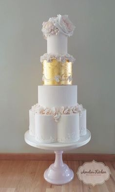 Gold Wedding Cakes 22 Glamorously Intricate Wedding Cakes - MODwedding - This daily wedding cake inspiration is absolutely breath taking! These luxurious confections from Amelie's Kitchen are detailed perfectly for your big day. Metallic Cake, Metallic Wedding Cakes, Luxury Wedding Cake, White Wedding Cakes, Elegant Wedding Cakes, Elegant Cakes, Wedding Cake Designs, Wedding Cake Toppers, Gold Wedding