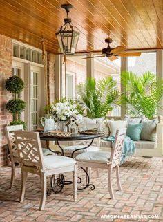 Veranda trebuie privită ca o extensie firească a spațiului de locuit, nu ca pe ceva care se află în afara casei și care poate fi neglijat când vine vorba de amenajare. Cum ar arăta o locuință decorată modern, dar care ar avea pe terasă câteva scaune de plastic? Nu-i așa că i-ar știrbi din frumusețe? …