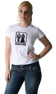 Até que o memory card nos separe : Seus amigos já estão todos se casando? A Camisetas da Hora tem o presente certo para você dar a eles: a Camiseta Game Over Casamento . Afinal, aqueles que fazem parte do time dos solteiros são os primeiros a reclamar do casamento, mas são os que mais se divertem durante a festa!  E se os seus amigos estão terminando o vídeo game da vida, aproveite para se divertir e curtir as fases anteriores, que são