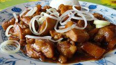 Krůtí maso nakrájíme na kousky. Cibuli osmahneme na oleji, přidáme nakrájené krůtí maso. Přidáme nakrájené bambusové výhonky, sůl, pepř, červenou... Chicken Wings, Sausage, Treats, Sweet Like Candy, Goodies, Sausages, Sweets, Snacks, Chinese Sausage