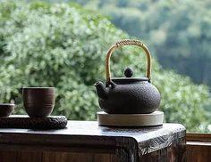 不风不雨正清和, 翠竹亭亭好节柯。 最爱晚凉佳客至, 一壶新茗泡松萝。 Tea Table Settings, Asian Teapots, Chai, Korean Tea, Matcha, Zen Tea, Tea Culture, Tea Art, Chinese Tea