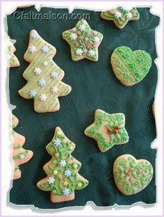 Biscuits pour Noël avec dessins réalisés en glacage avec une poche jetable percée en son extrémité. Biscuits, Cookies, Ice Drawing, Royal Icing, Happy Merry Christmas, Drawings, Recipes, Noel, Kitchens