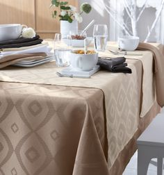 Découvrez la nappe Brunch en 100% polyester, made in france, www.lefildecharline.com Brunch, Tambour, Ottoman, The 100, Table Settings, Couleur Ecru, Home Decor, Styles, Polyester