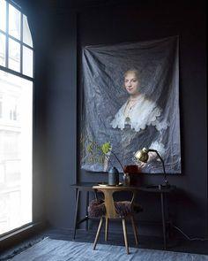 ZWART • maak wanden, vloer én plafond stemmig mat zwart en je krijgt een geweldig mooie spanning in huis. Bij twijfel? Doen! Fotografie @tjitskevanleeuwen | Styling @marianneluning