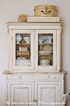 My little white home by nadine: nieuwe oude kast new old cab Old Cabinets, Antique Cabinets, Cupboards, Cottage Style, Farmhouse Style, Farmhouse Decor, Vintage Furniture, Painted Furniture, Cosy Home