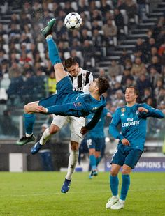 On this day 1 year ago Cristiano Ronaldo scored a bicycle kick goal against Juve. Cristiano Ronaldo Goals, Cristino Ronaldo, Cristiano Ronaldo Wallpapers, Ronaldo Football, Juventus Fc, Juventus Players, Zinedine Zidane, Real Madrid Team, Ronaldo Real Madrid