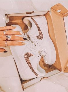 Summer Sneakers, Casual Sneakers, Sneakers Fashion, Shoes Sneakers, Tennis Shoes Outfit, Nike Tennis Shoes, Nike Shoes Air Force, Aesthetic Shoes, Beach Aesthetic