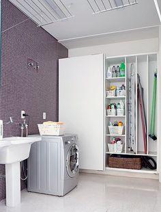 Nesta lavanderia, projetada pela Linea Mobili, a parafernália do dia a dia fica escondida dentro do armário de MDF com compartimentos para v...