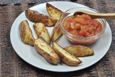 Gajos de patatas con salsa de tomate. Estas patatas se hacen al horno y con poca grasa, quedan muy crujientes y puedes combinarlas con cualquier salsa --> Oven baked potatoes wedges with homemade tomatoes sauce.