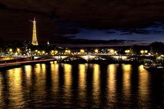 Reflets sur la Seine.Le Pont des Invalides vue du Pont Alexandre III et au fond la Tour Eiffel.