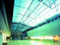 Klare Linien, schlichte Ausführung mit Beton, Glas, Metall. Ideal zum Gestalten.
