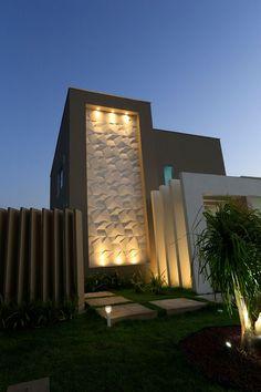 Detalhe maravilhoso da fachada com o revestimento Scaleno Branco, lar projetado pelo arquiteto Douglas Castro. Foto: Darci Bastos