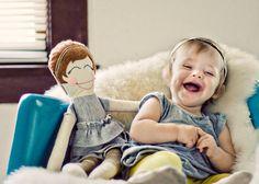 Elle rit avec tellement de coeur avec sa poupée à son image.