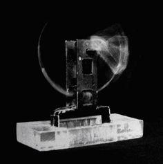 """Gyula Kosice """"Una gota acunada a toda velocidad"""" 1948 El elemento principal en la obra de Kosice es el agua, hidroesculturas, hidrocinetismo, hidroespacialidad, hidromurales, siendo pionero en su uso artístico con su obra Una gota acunada a toda velocidad (1948). El agua es para Kosice el origen de la vida a la vez que energía del futuro, la mayor parte constituyente de nuestro cuerpo y nuestro planeta, Gota, Future Tense, Artists"""