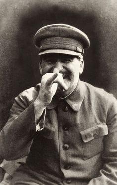 A fotografia acima mostra Stalin em um momento descontraído registrado por seu guarda-costas — ou por sua filha, dependendo da fonte que você conferir!